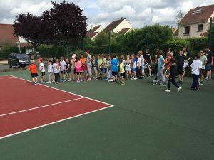 enfants sur le court de tennis
